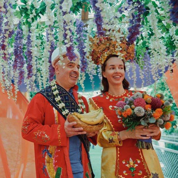 Юморист Михаил Грушевский с женой в образе индонезийских вельмож пошли под венец второй раз