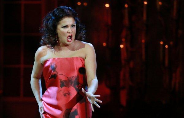 Оперная певица Анна Нетребко в 43 года впервые вышла на подиум