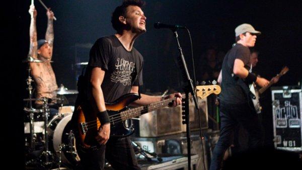 Blink-182 переносят концерты из-за болезни барабанщика